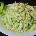 Салат с капустой и яблоком - простая и легкая в приготовлении закуска из бюджетных ингредиентов: рецепты с фото и видео