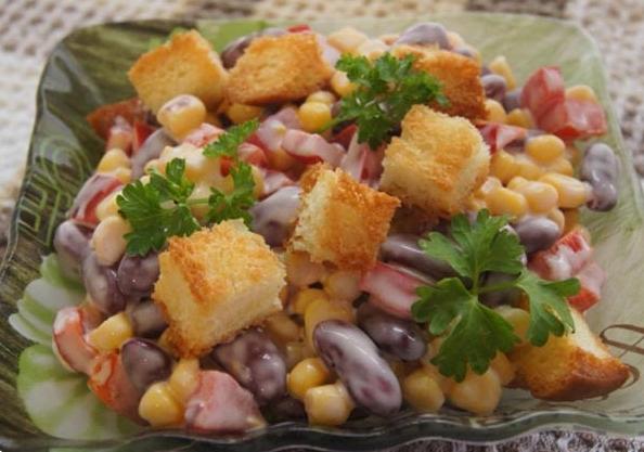 Простой салат с сухариками и фасолью