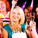 Как весело провести день рождения без тамады дома в небольшой компании, Как развлечь гостей за столом на дне рождения взрослого, Сценки на день рождения взрослых: смешные застольные